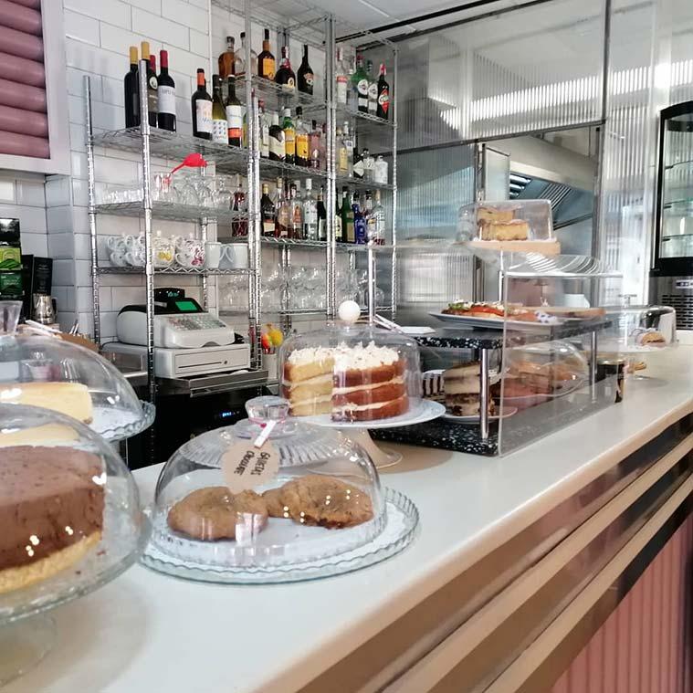 barra rosa del cafe formidable repleta de tartas caseras