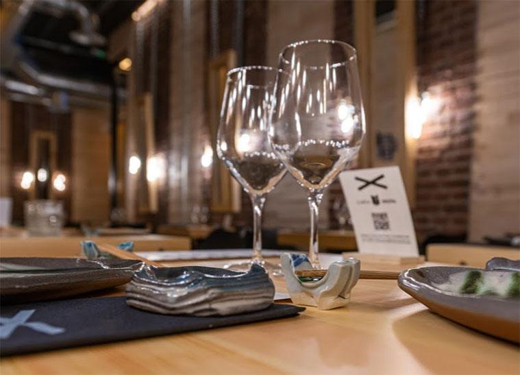 el sushi del restaurante Sibuya se sirve en una vajilla bonita