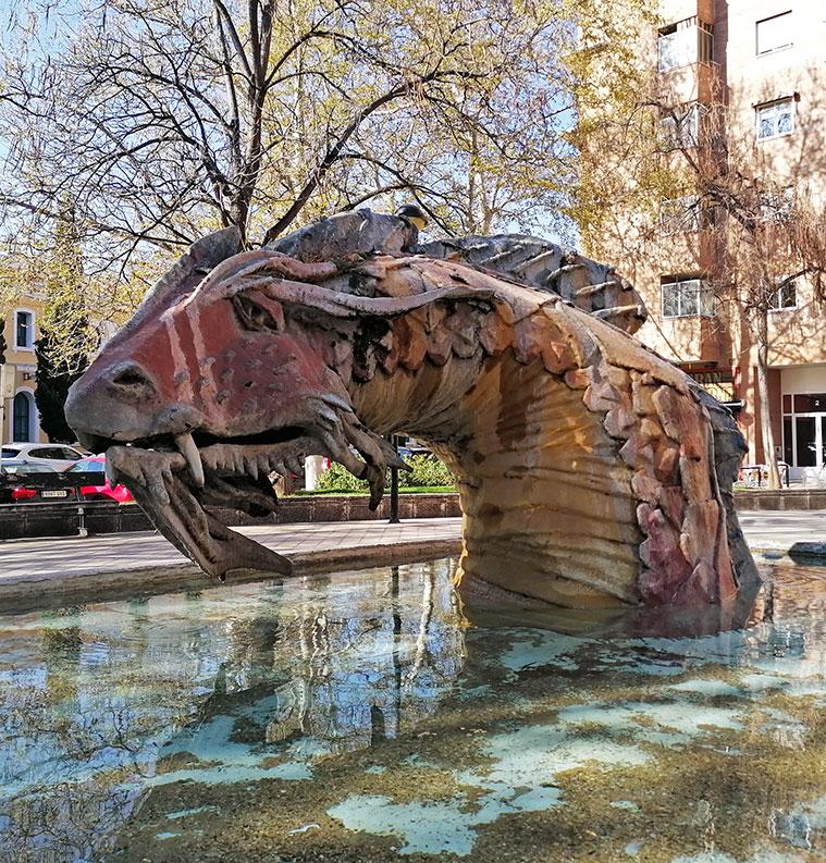 escultura y fuente del dragon emergente en zaragoza