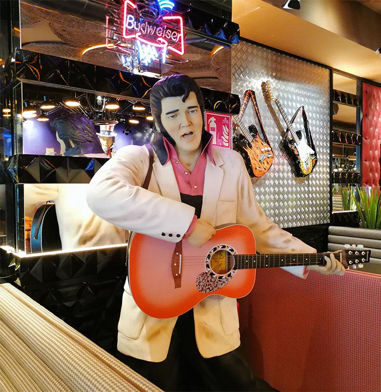 estatua de tamaño natural de elvis presley en la hamburgueseria Jack Rabbit