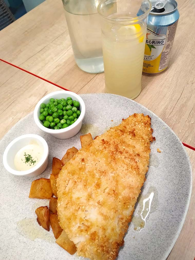 fish and chips en el restaurante Puffin's Kitchen