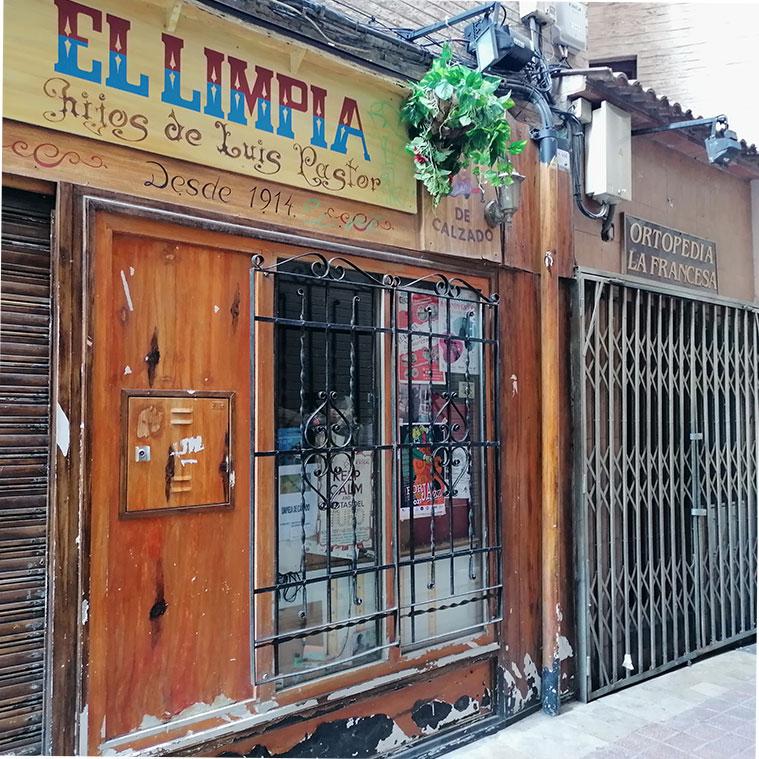 Los locales del limpiabotas Luis Pastor y de la Ortopedia Francesa en la Calle Cuatro de Agosto