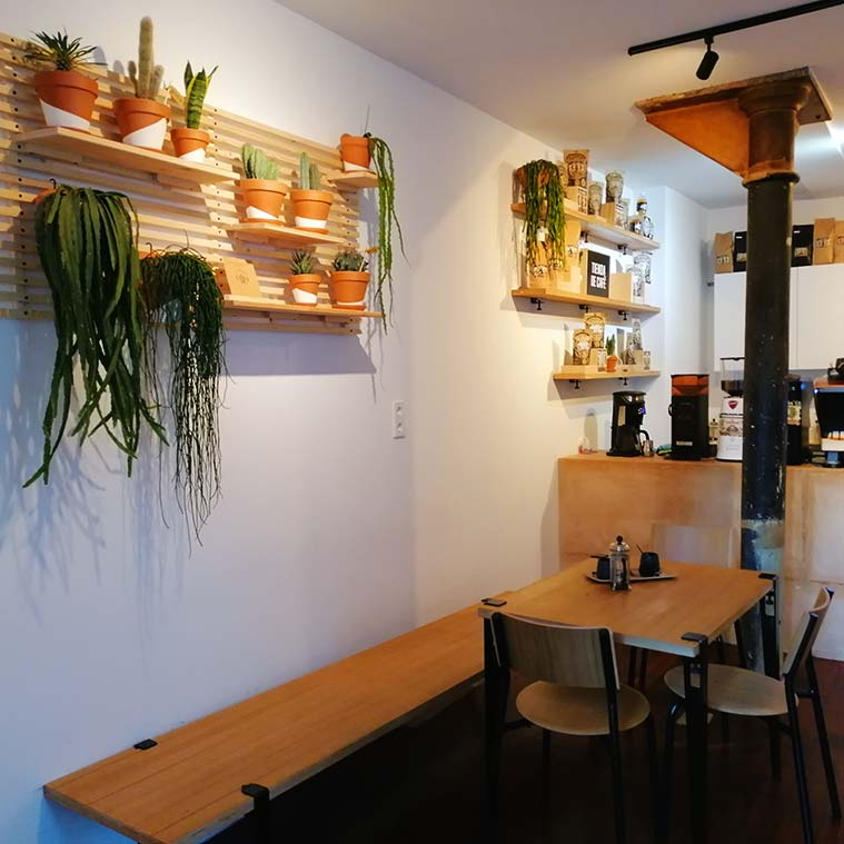 mobiliario vintage del Justicia Specialty Coffee