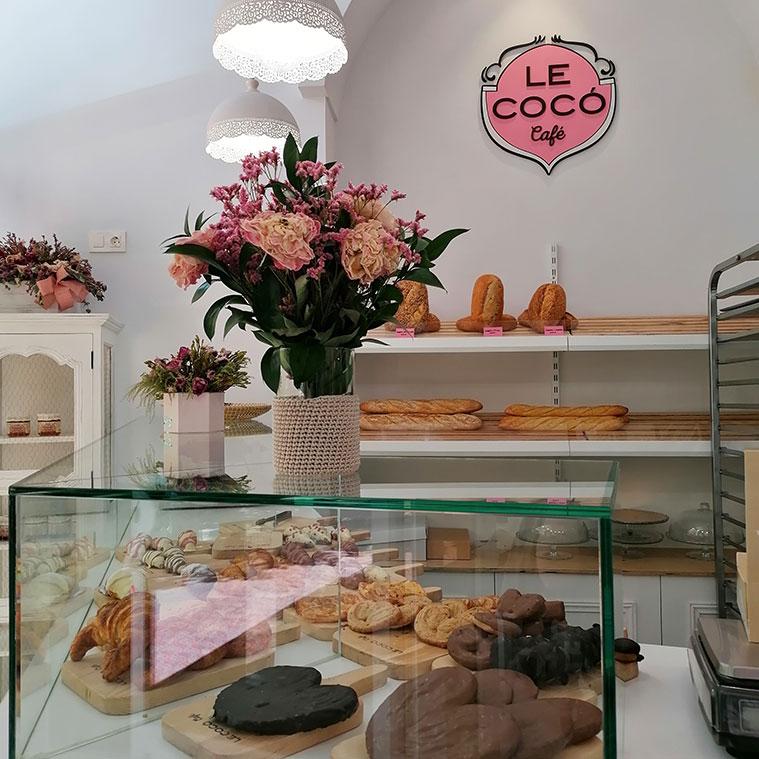 mostrador repleto de tartas, bizcochos y bollería recién horneada en Le Cocó Café