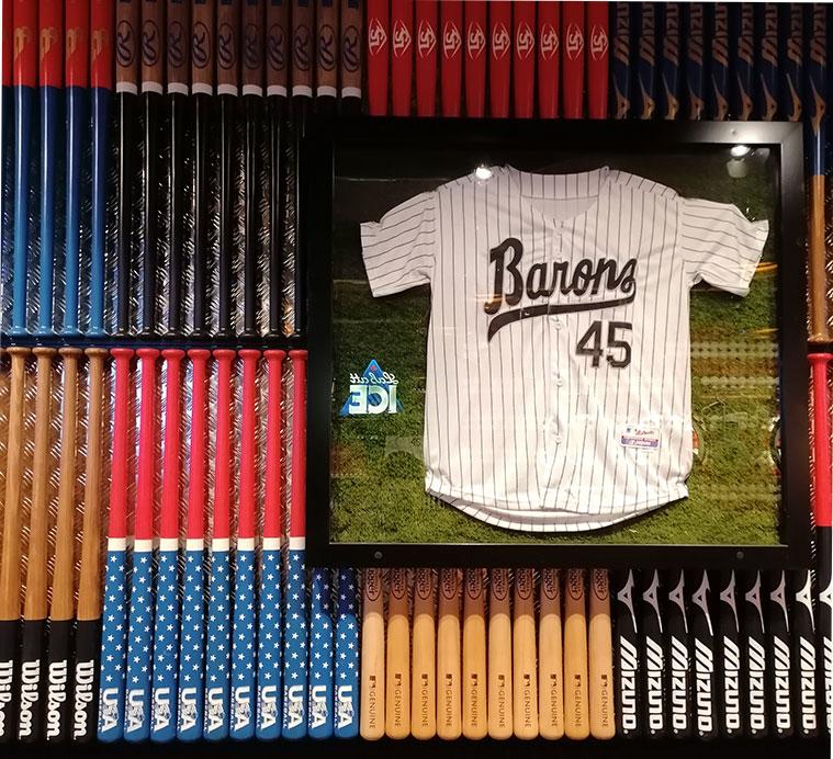 paredes con bates de béisbol y camisetas de jugadores de clubes en el restaurante americano Jack Rabbit