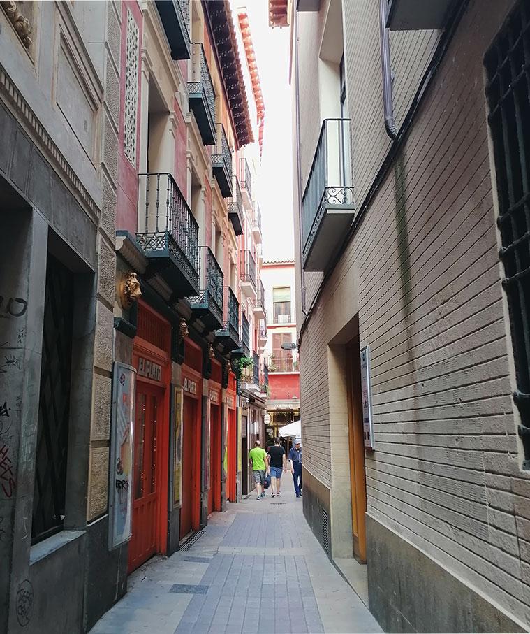 Personas caminando por la Calle Cuatro de Agosto del Tubo