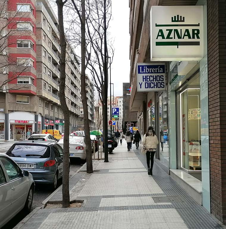 personas caminando por la calle san ignacio de loyola