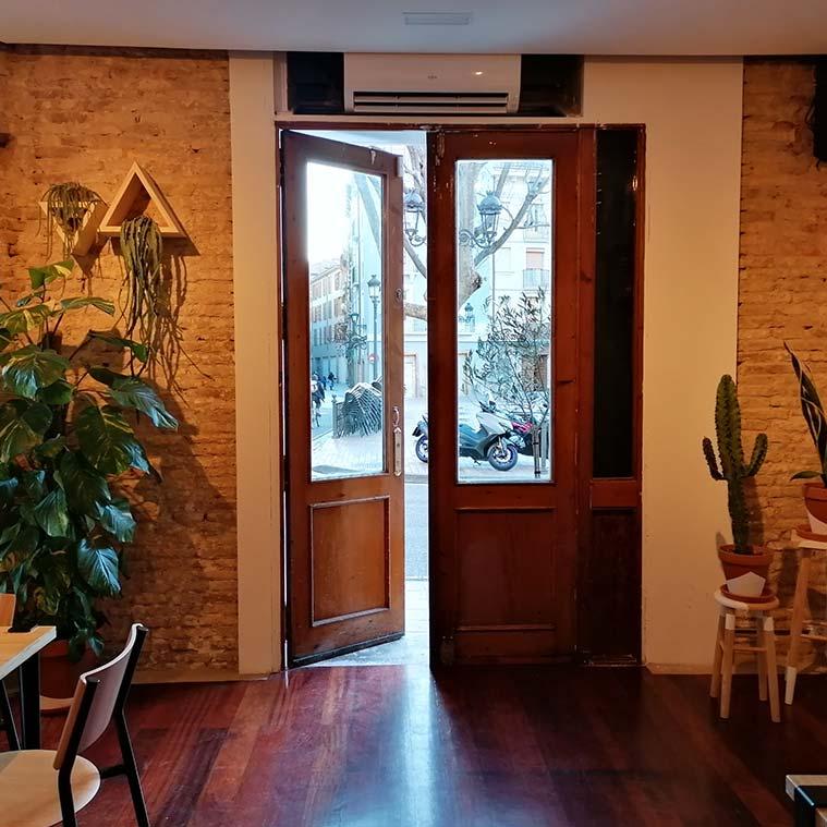 puertas del cafe de especialidad Justicia Specialty Coffee