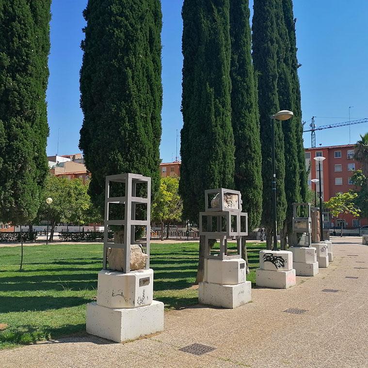 restos arqueológicos, reconvertidos en esculturas públicas en la Plaza Mayor de San José