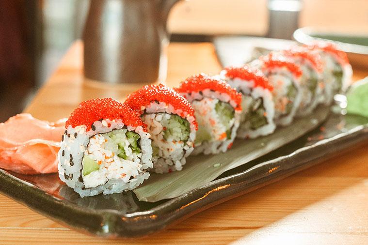sushi Uramaki o California Roll en el sushi bar de zaragoza