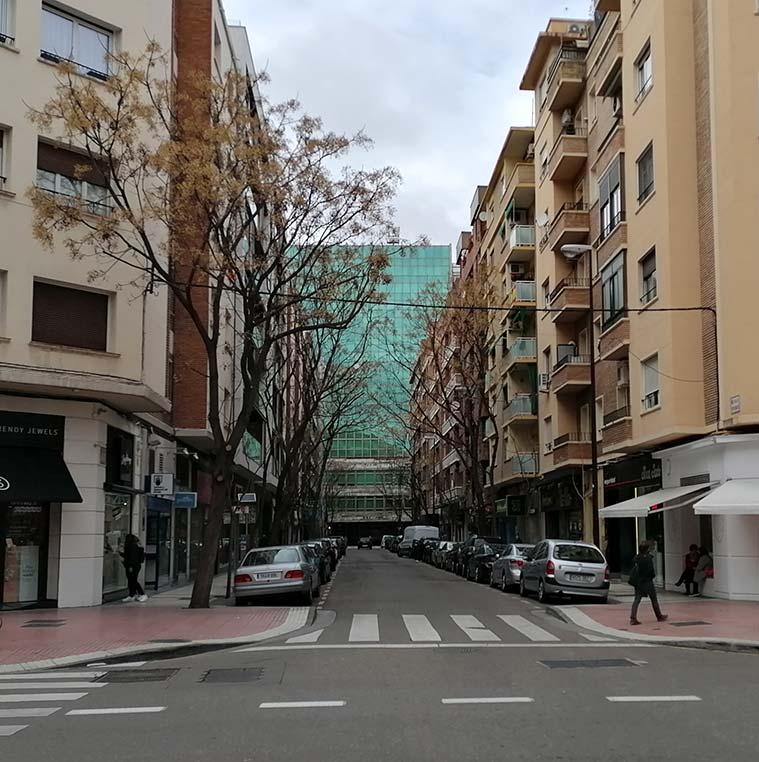 vista de la sede central de ibercaja desde la calle pedro maria ric