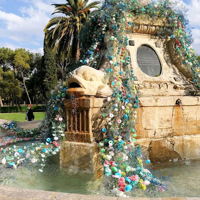 Myriam Aznar, florista zaragozana y directora de la Escuela de Artesanos floristas de Aragón, ha decorado la Fuente de Neptuno