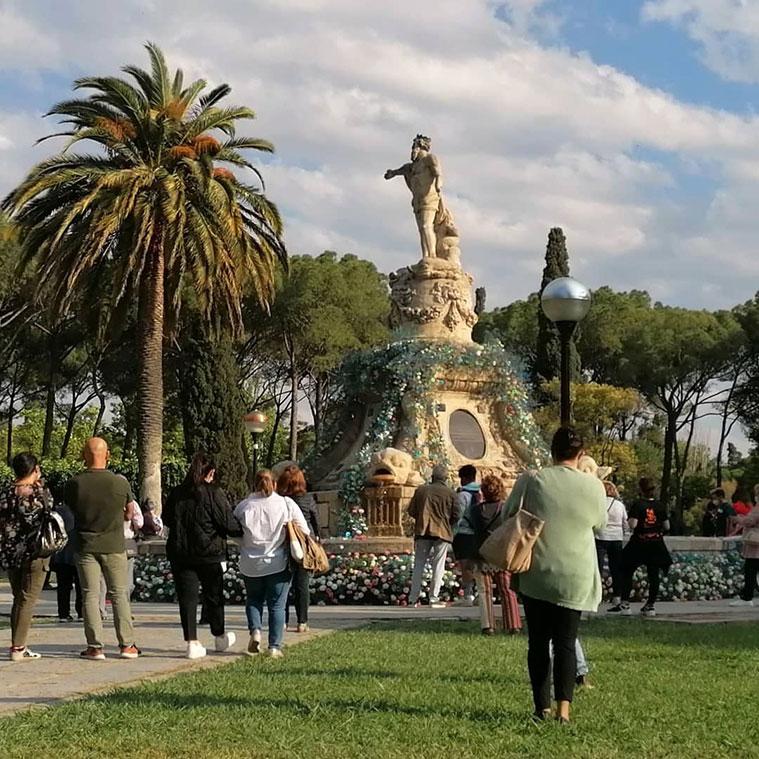 La Fuente de Neptuno decorada por la florista Myriam Aznar para el festival Zaragoza Florece