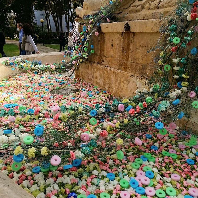 Myriam Aznar ha decorado la Fuente de Neptuno para el festival Zaragoza Florece