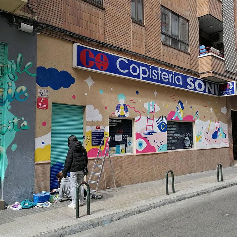 Obra de la artista zaragozana Laura Alloza de la calle San Antonio María Claret, en el exterior de la Copisteria Soni