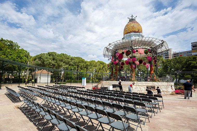 En el Quiosco de la Música, Sefa Tur, ganadora del título de Mejor Artesano Florista y directora de la Asociación Floristas y Jardineros de Burgos, ha creado una explosión de color rosa y rojo representada en forma de árboles fantásticos de múltiples copas circulares, denominados árboles de Truffula