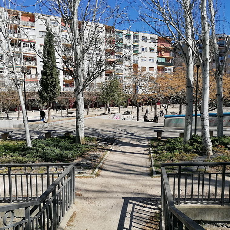 bloques de hormigon en el parque jardin de la memoria