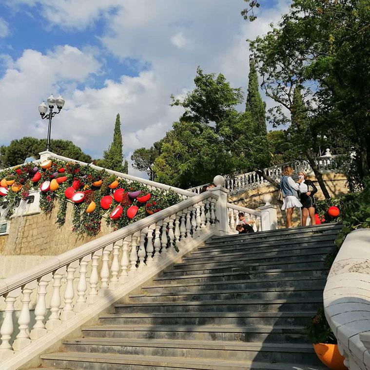 Intervención floral de Rosa Valls en la escalinata al monumento del rey Alfonso I elBatallador