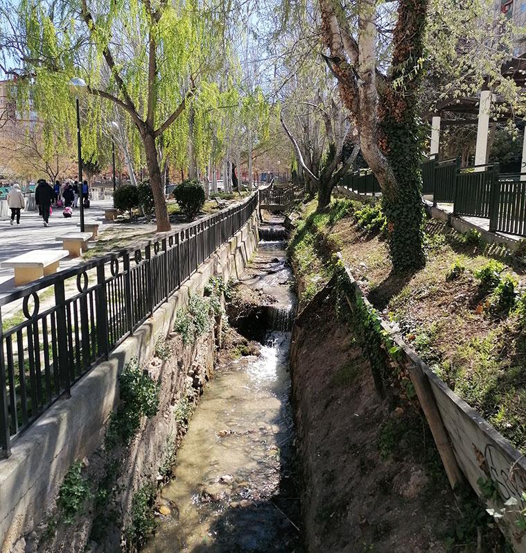 La antigua acequia del Ontonar (que data del siglo XVIII) que atraviesa el jardín