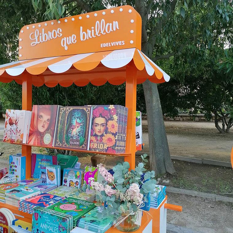libros infantiles de temática relacionada con el medio ambiente y las flores en un book truck del festival Zaragoza Florece