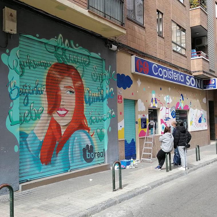 Murales del proyecto Rúa Feliz en las fachadas de la Peluquería Boreal (número 52) y la Copistería Soni (número 48)
