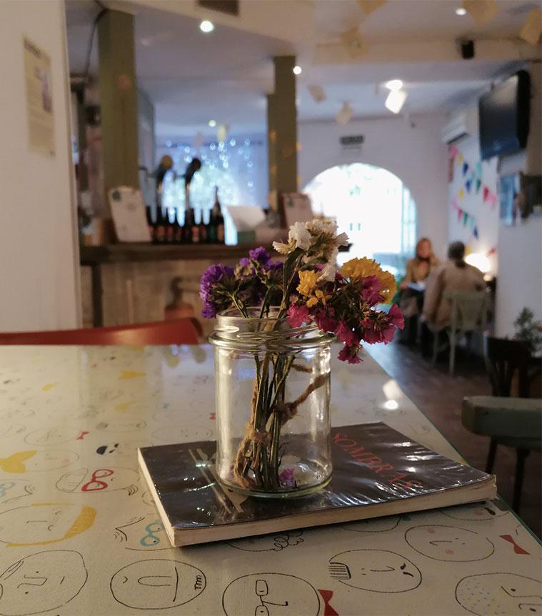 decoracion y mesas de le petit coin cafeteria con encanto en zaragoza