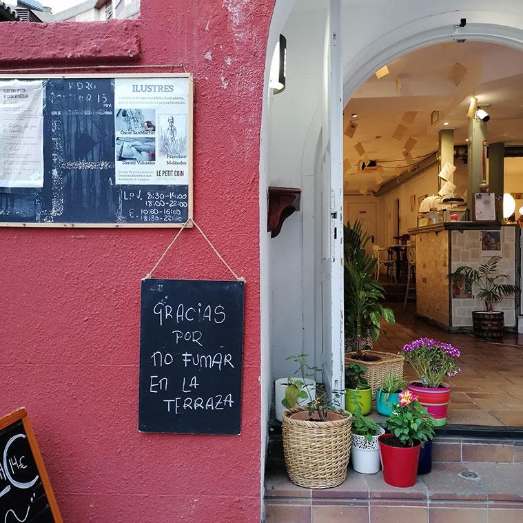 terraza y entrada a Le Petit Coin por Paseo Ruiseñores