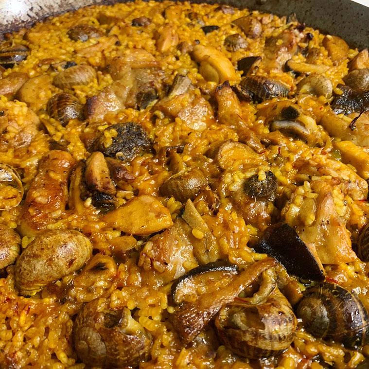 arroz campero de costilla de cerdo, caracoles y setas en Los Cabezudos