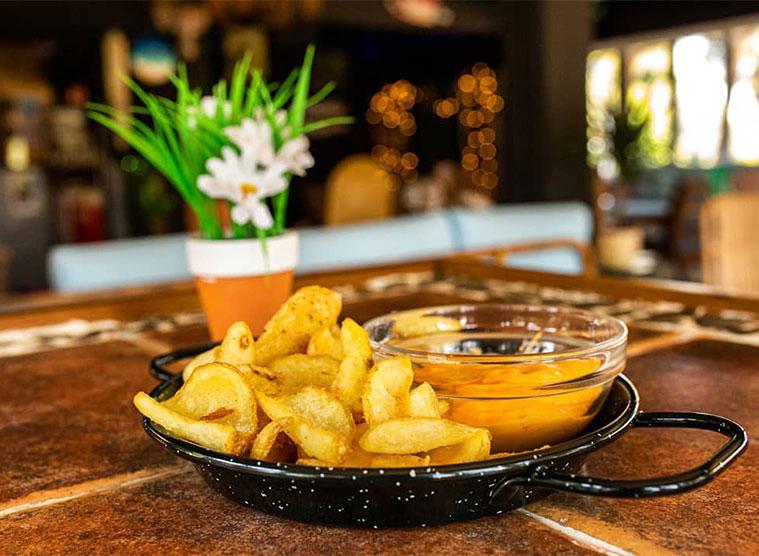 patatas y platos de comida en la terraza nusa dua
