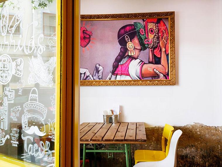 interior del comedor del restaurante mexicano burrito azteca