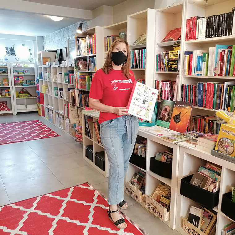 María Jesús Naya, impulsora de Olé tus libros, en el interior de su librería de la Calle Miguel Servet