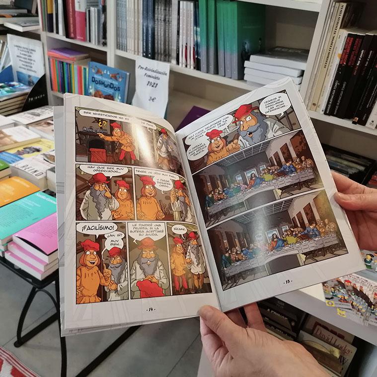 María Jesús Naya nos muestra un libro en la librería zaragozana Olé tus libros