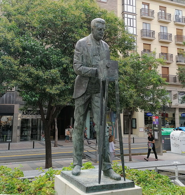 Monumento en la Plaza Ariño al zaragozano Eduardo Jimeno Correas, pionero del cine español