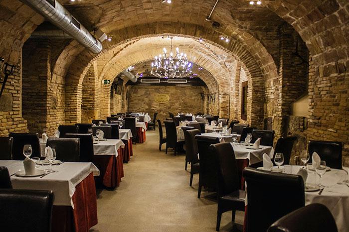 Restos de de la muralla romana y fragmentos de sillares en la bodega del Restaurante La Lobera de Martín