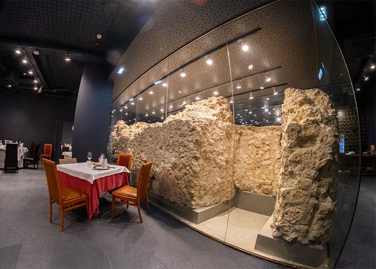 Restos de dos torreones y del paño de la muralla romana en el Salón Murallas de La Brasería de Martín
