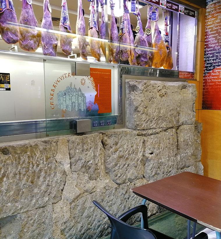 Restos de la muralla romana en la pared del restaurante La Lobera de Marín, justo en el acceso al Centro Comercial Puerta Cinegia desde la Plaza España
