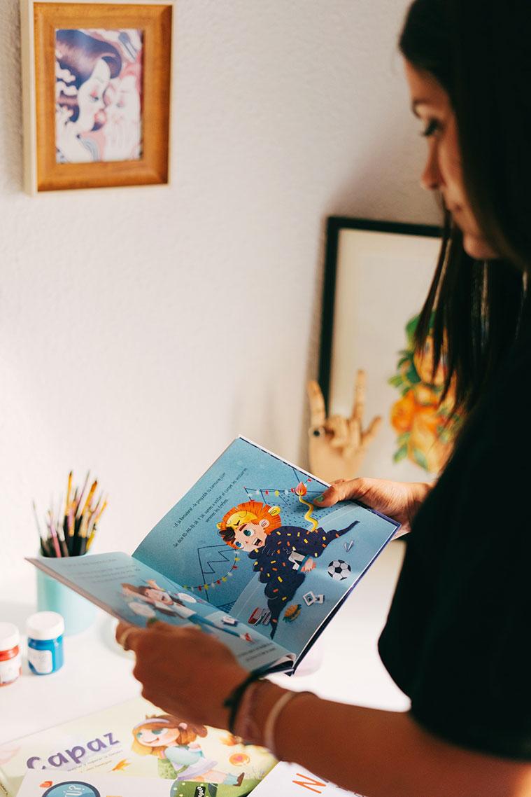 la ilustradora jessica sanmiguel mirando una de sus ilustraciones