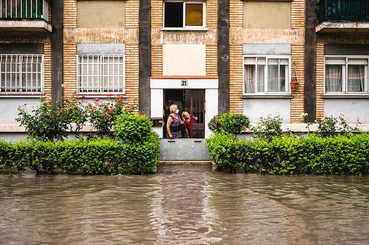 Las tormentas en zaragoza provocaron una inundacion en la calle valle de oza, imagen de portada de Heraldo de Aragon de Marcos Cebrian