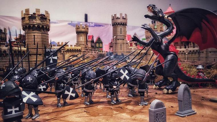 Caballeros luchando contra dragones en un diorama de la '2ª ExpoPlaymobil Ciudad de Zaragoza. ClickAragón'