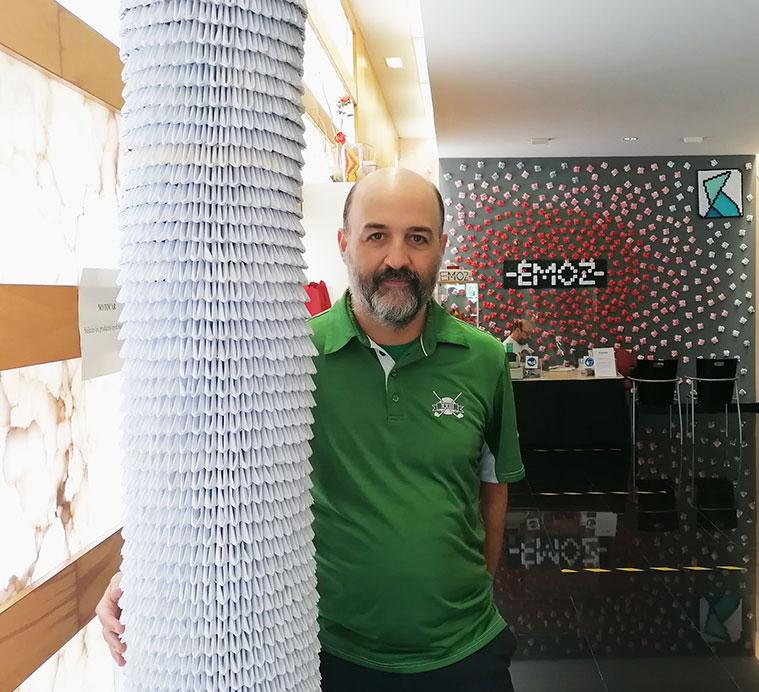 Jorge Pardo, impulsor y director de la Escuela-Museo de Origami de Zaragoza (EMOZ), con una pieza creada por él