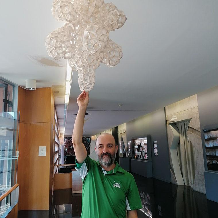 Jorge Pardo con una pieza creada por él, en la Escuela Museo Origami Zaragoza