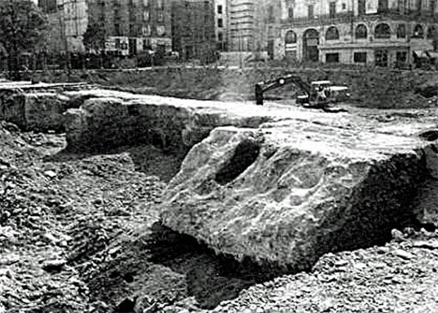 Vista de las cimentaciones y otras estructuras de un gran templo romano halladas en 1990 en la Plaza del Pilar, frente al Ayuntamiento