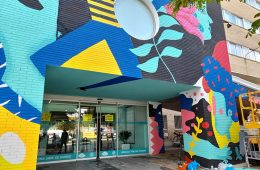 Believe in Art llena de color la fachada del Hospital Materno Infantil